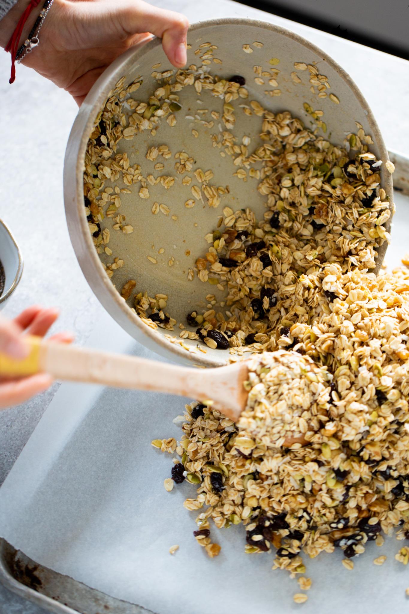 Vaciando granola en una charola