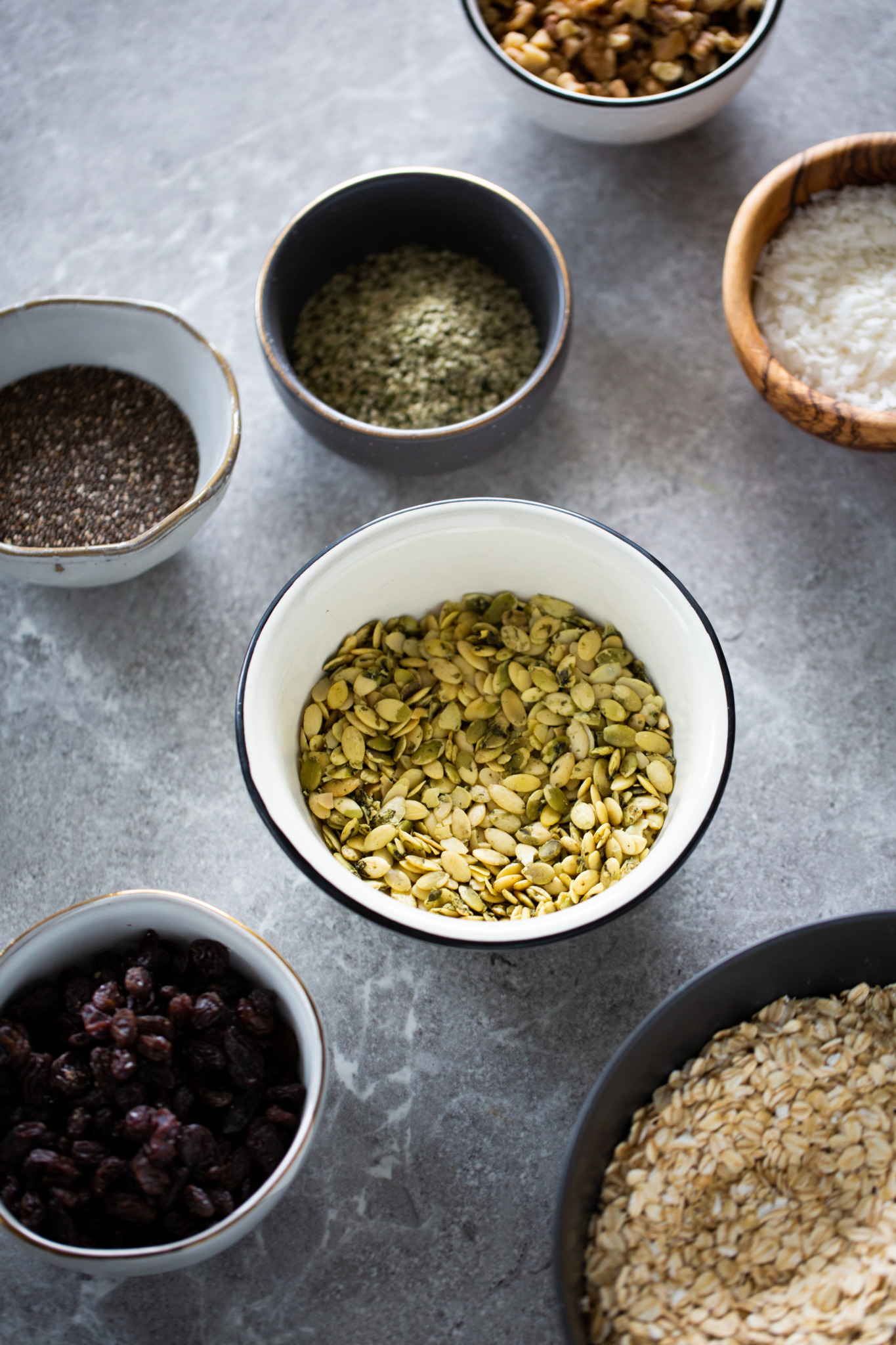 tazones con diferentes ingredientes para hacer granola