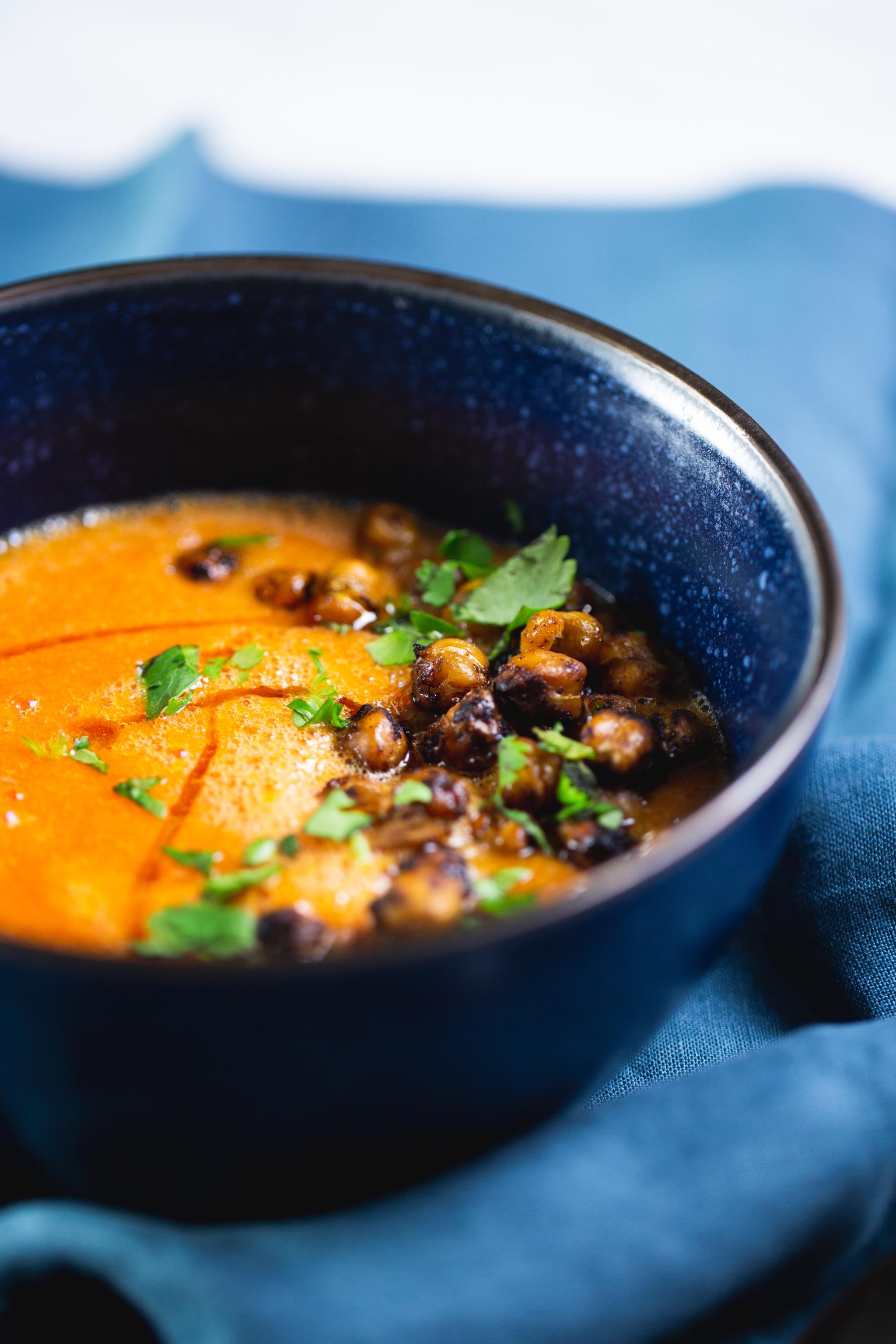 Esta sopa de tomate clásica es de las sopa más fáciles que puede haber. Yo la sigo como cena, la mando de lunch y es de las sopas veganas más ricas que hay. #vegano,#piloncilloyvainilla,#recetavegana