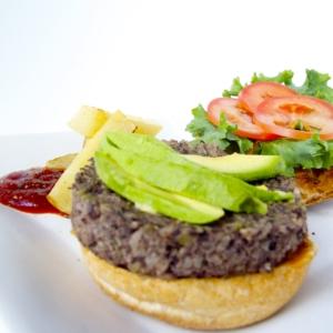 Hamburguesa de frijol y arroz, hamburguesa vegana.