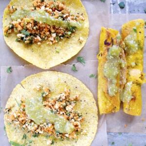 Tacos de zanahoria con salsa verde, veganos, mexicanos, deliciosos.