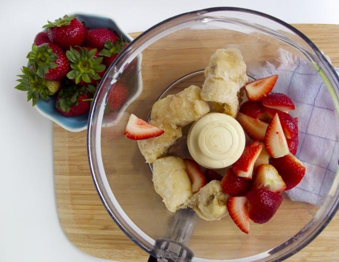 helado de fresa y plátano vegano, sólo dos ingredientes