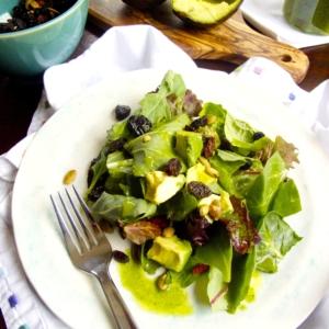 Receta de aderezo de albahaca para ensalada de hojas verdes y aguacate.