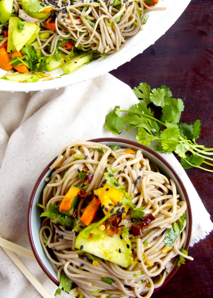 Soba-noodles-pepino-cilantro-zanahoria-vinagreta asiática