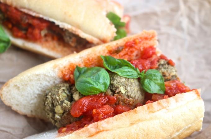 Baguette con albóndigas y salsa italiana