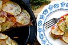Tarta de papa, cebolla morada y camote