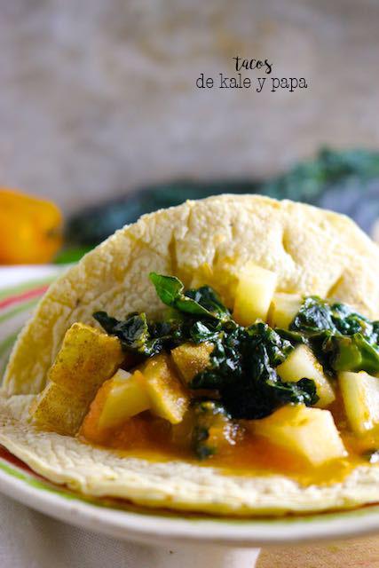 Receta de tacos de papa y kale en salsa de tomate. Suepr ricos y bien fáciles de hacer.