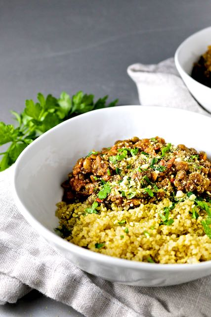 Ragu vegan de lentejas y champiñones sobre quinoa-piloncilloyvainilla.com
