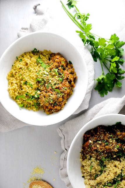 Ragú vegan de lentejas y champiñones sobre quinoa-piloncilloyvainilla.com