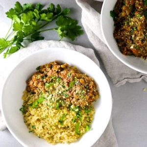 Ragu vegan de lentejas y champiñoes sobre quinoa-piloncilloyvainilla.com