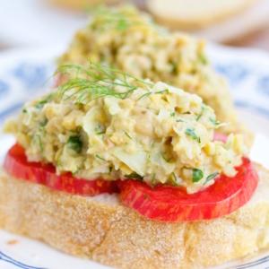 Tartine de ensalada de garbanzo, vegana, deliciosa y super fácil de hacer.