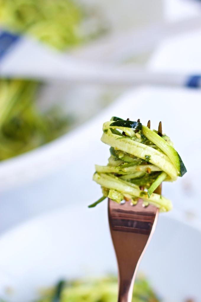 Zucchini noodles con pesto de pistache