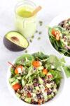Ensalada con quinoa, frijol negro y aderezo de cilantro y menta