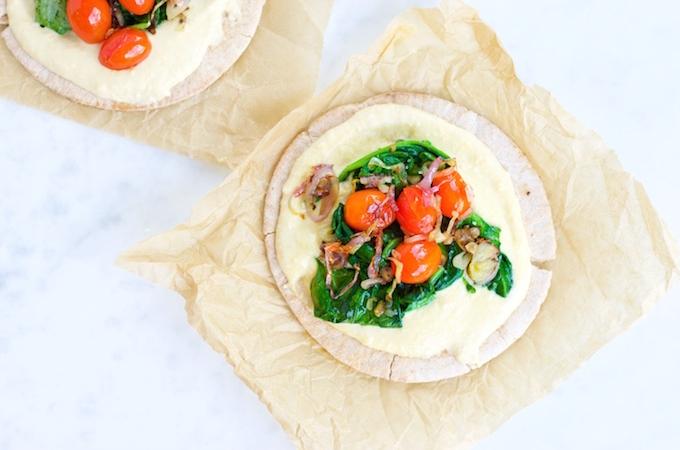 Pita con hummus, greens, tomates y shallots: un lunch extra rápido