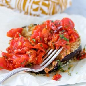 Berenjenas empanizadas con tomate cherry.pv