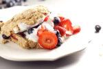 Scones de berries como postre o desayuno.