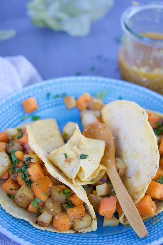 Taco de papa y camote con salsa de tomatillo y chipotle.