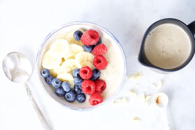 Bowl dulce para desayunar, un desayuno de campeones fácil y rápido.Avena con crema de cashews