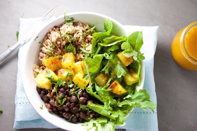 Bowl de frijol negro y arroz con piña y aderezo de chile ancho