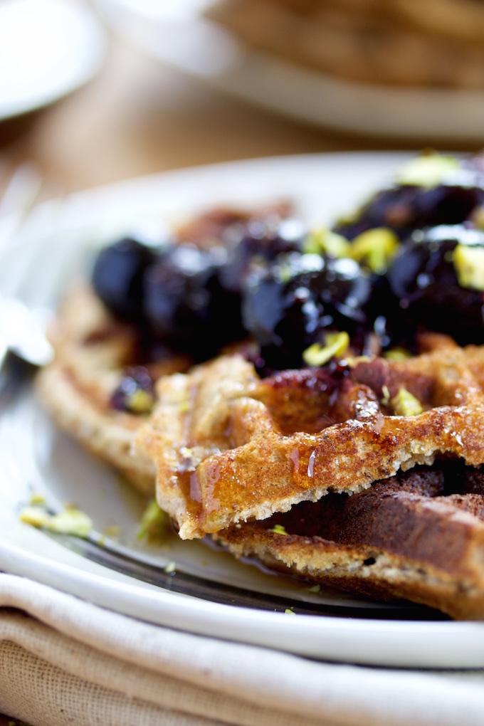 Waffles con chia y cerezas