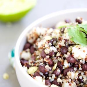 Ensalada de quinoa mexicana con hominy y frijol negro.P&V.#vegan