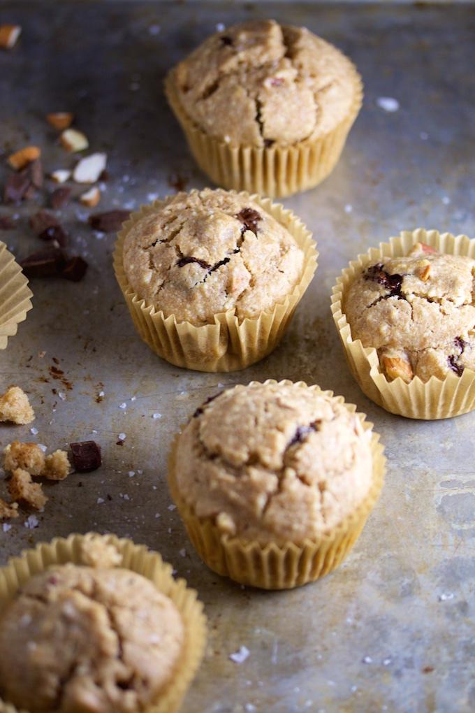 Muffins con almendra, chocolate obscuro y sal