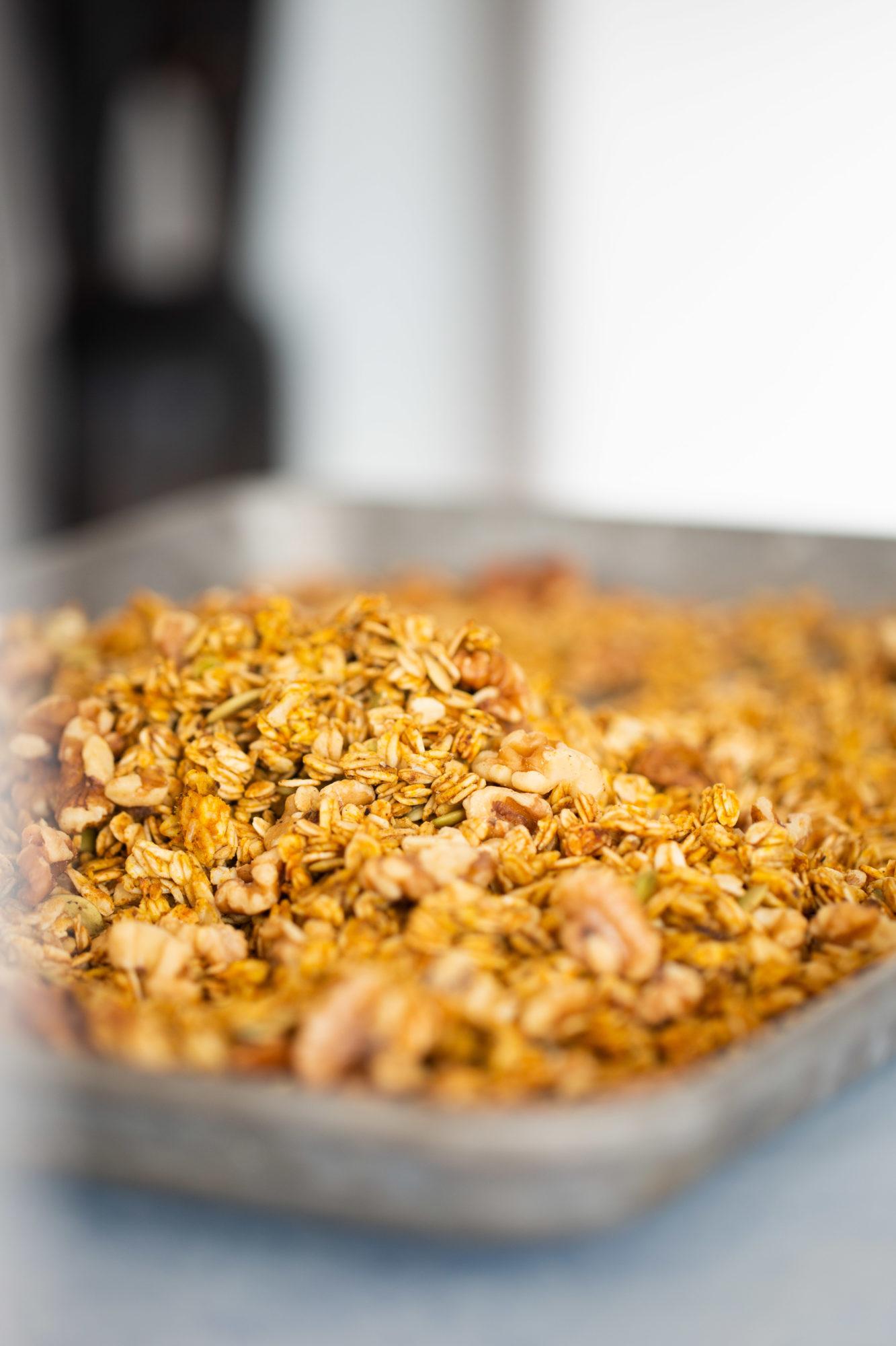 granola en la charola recien salida del horno