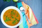 Sopa de lentejas rojas con zanahoria y tomate.p&V