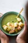 Sopa de brócoli Y espinaca con crutones