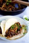 Tacos de champiñones con ajo y jalapeño,P&V