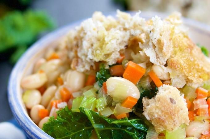 Sopa de verduras, alubias y pan