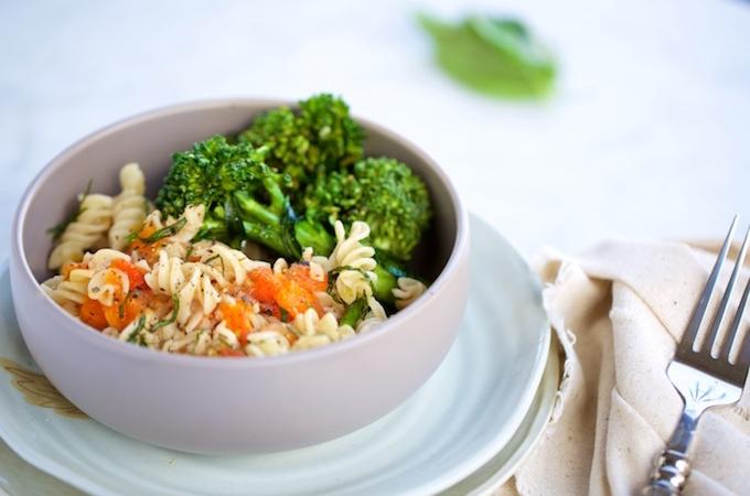 Pasta sencilla con broccolini y tomate