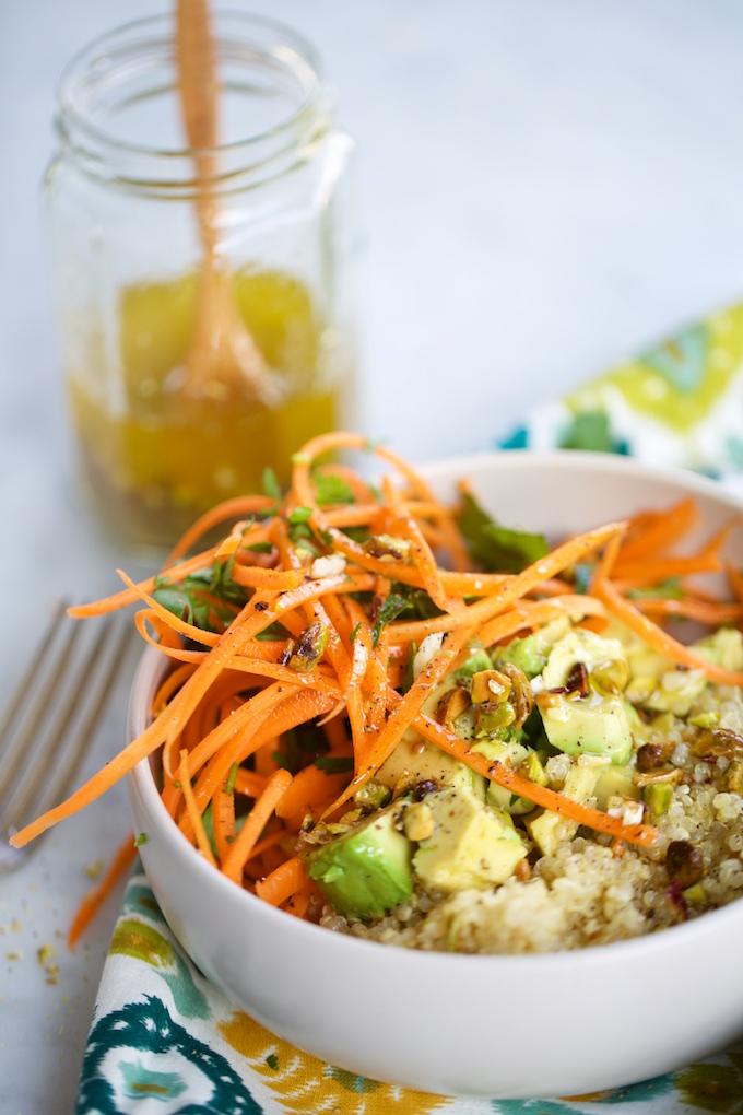 Ensalada de quinoa con zanahorias y aderezo de pistaches