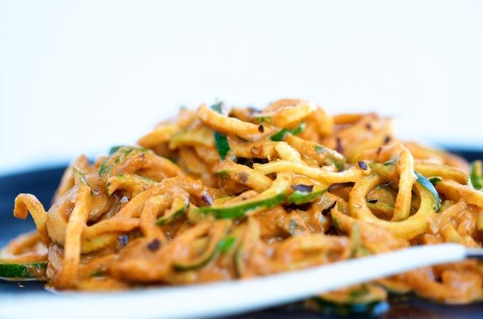 Zucchini noodles con salsa de pimiento