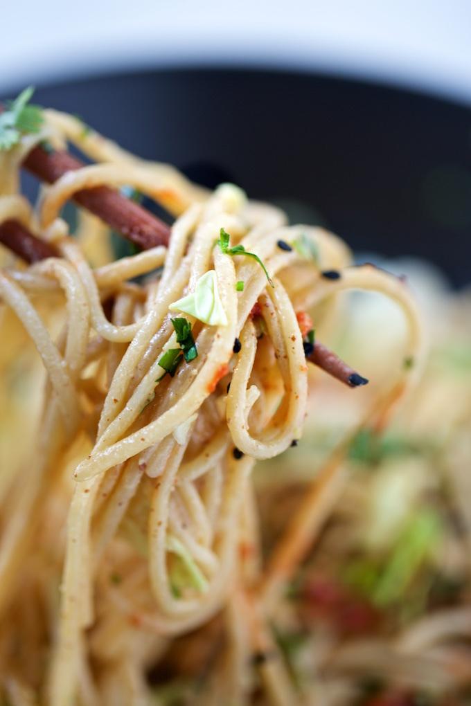 Pasta con crema de almendra, tamari, limón, ajonjolí y vinagre de arroz. Fácil, rica y super nutritiva.