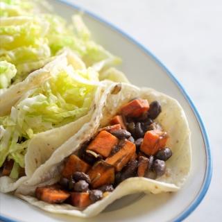 Tacos veganos de frijol y camote con ensaladilla de col.