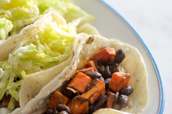 Tacos de camote y frijol negro, los mejores
