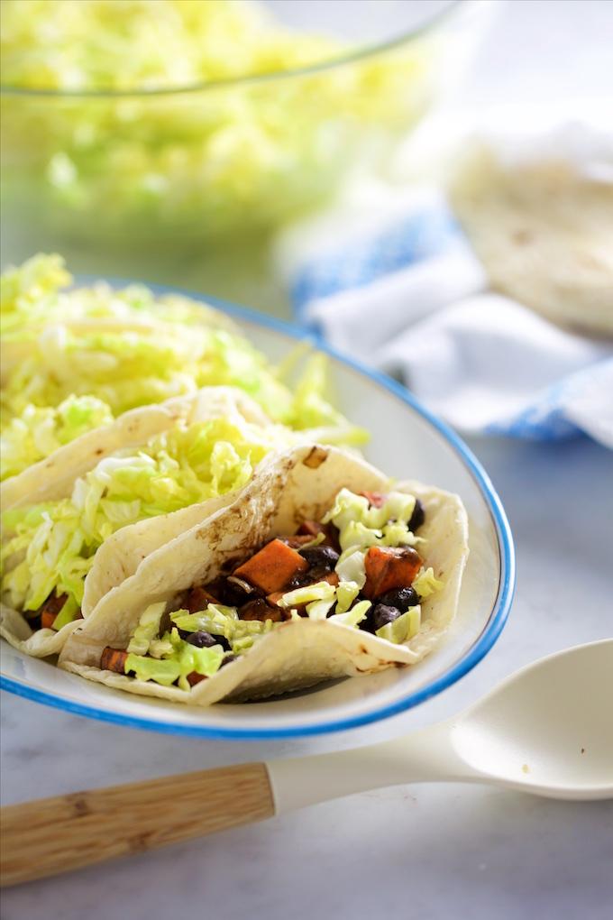 Tacos de camote y frijol negro vegan