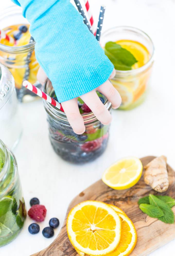 La mejor manera de hidratarte y tomar vitaminas es con una infusión de agua.