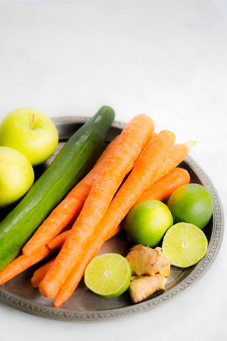 Ingredientes para hacer un jugo de zanahoria y pepino con manzana verde.