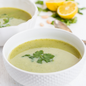 Sopa de brocoli, hojas verdes y alubias