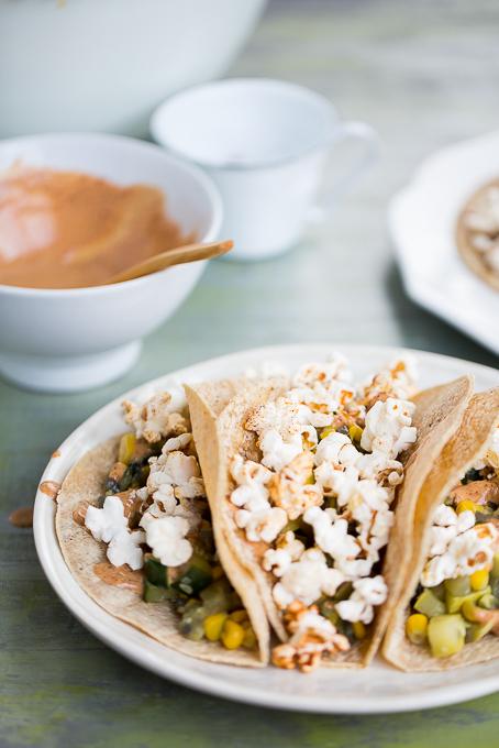Tacos de calabacita con elote y palomitas con chile.