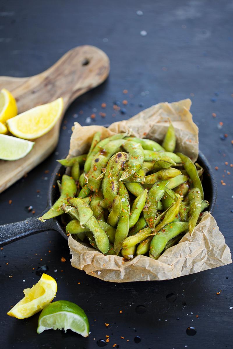 Los edamames asados son de las botanas preferidas en mi casa. Son super fáciles de hacer y los sirvo con tantito jugo de limón, tamari y chile en polvo. #botanavegana,#vegana,#recetavegana,#recetaespañol