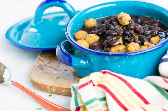 Sopa de frijol negro con bolitas de masa