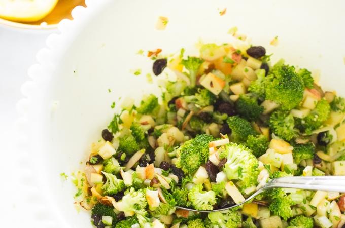 Ensalada de brócoli con manzana