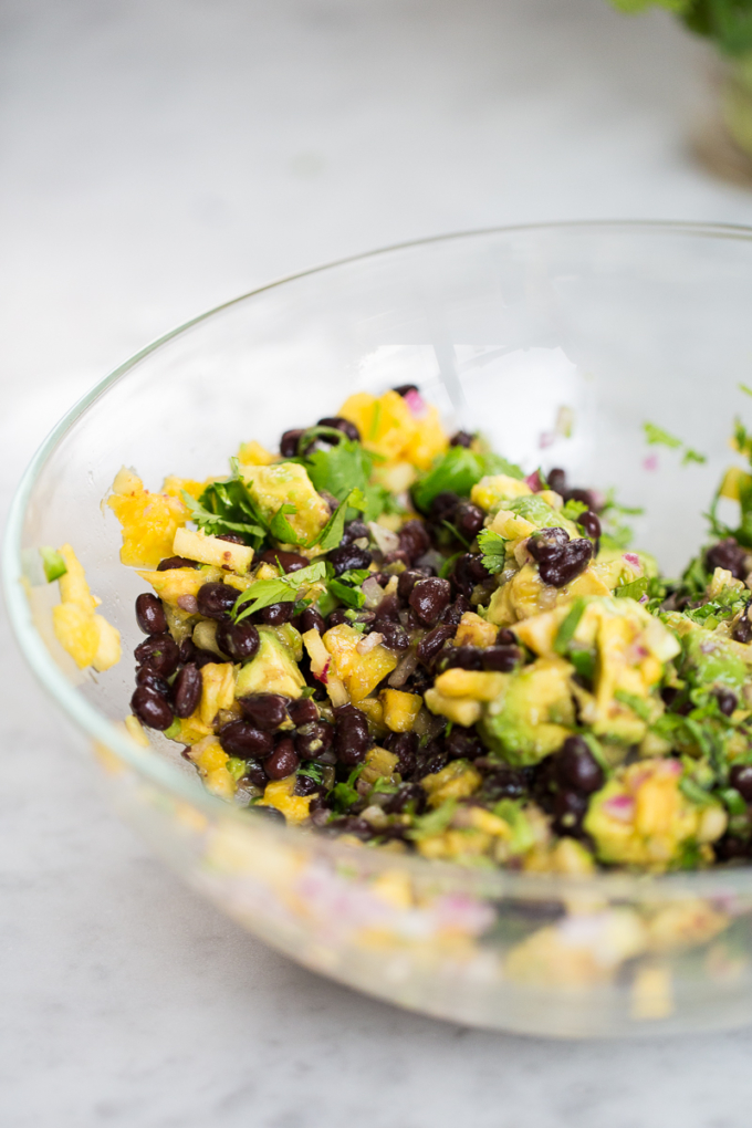 Salsa de piña con aguacate y frijol negro, pineapple salsa