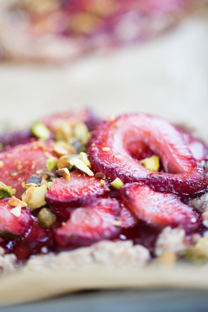 Tarta hecha con harina de almendras y cubierta de fresas con vinagre balsámico. Tarta de fresas, strawberry tart.