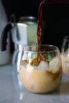 Café frío con leche de coco hecha en casa, endulzado de manera natural, con vainilla.