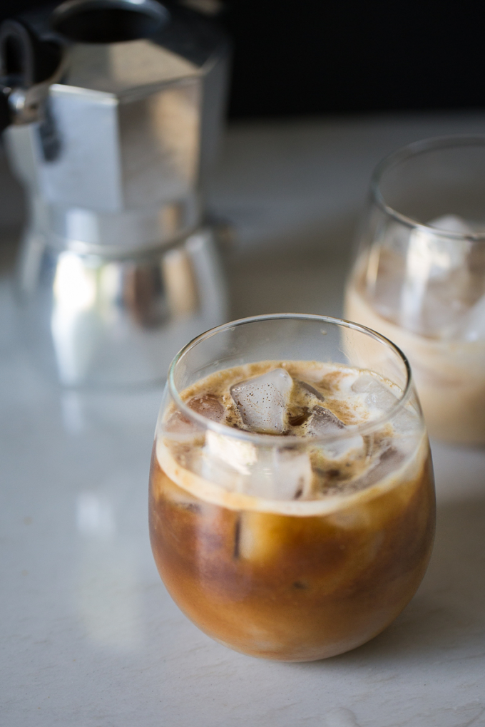 Cafe frio con leche de coco hecha en casa, endulzado de manera natural, con vainilla.