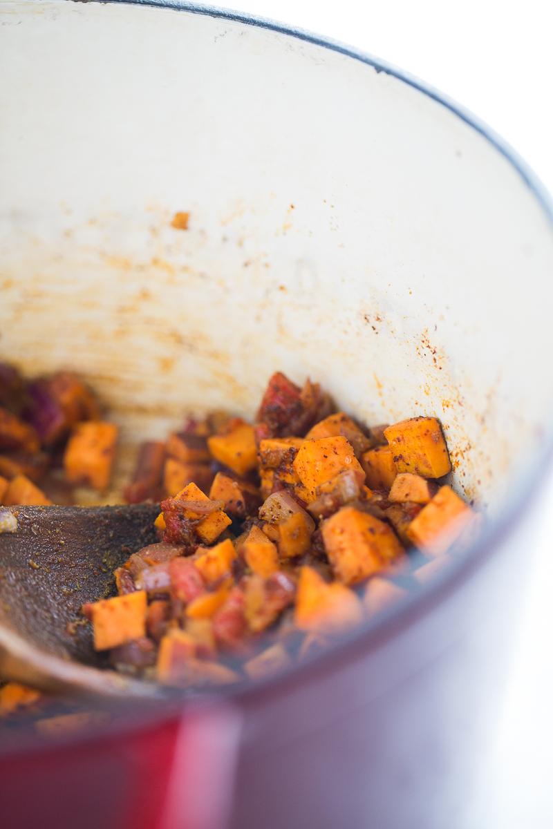 ingredientes para hacer chili vegano de frijol negro en una olla